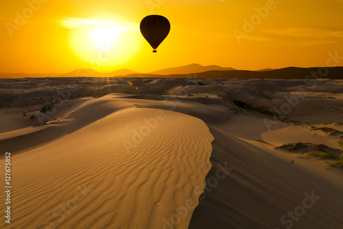 gorace-powietrze-balon-w-pustyni-przy-zmierzchu-tlem