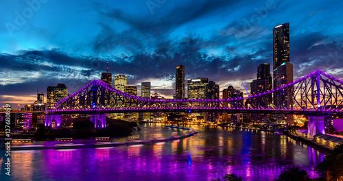Plakat Wibrujący nighttime panorama Brisbane miasto z purpurowymi światłami