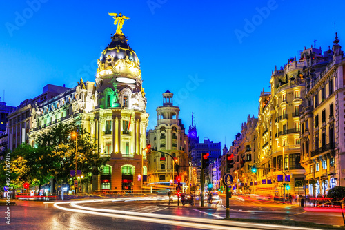 Foto  Madrid, Spain. Gran Via, main shopping street at dusk.