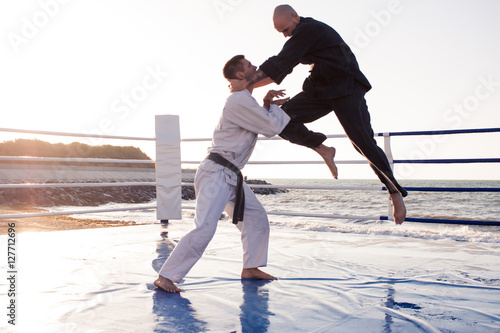 Photo  professional male karate fighters in the morning