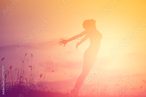 Fotomural  Young woman raise hands up for her success, Concept of Success i