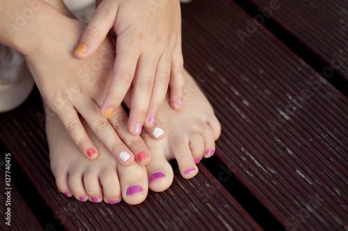 Fotografie, Obraz  pomalowane paznokcie dziewczynki