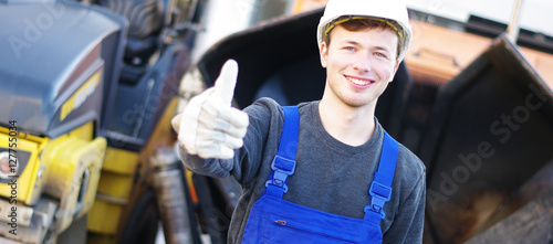 sympathischer, junger Mann auf der Baustelle