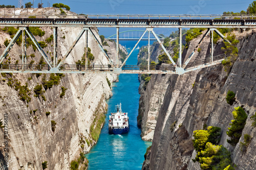 Valokuva Ship cross The Corinth Canal that connects the Gulf of Corinth with the Saronic Gulf in the Aegean Sea