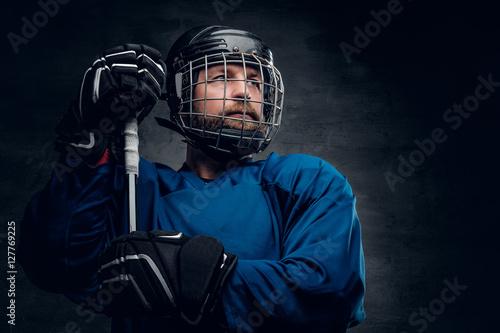 Plakat Brodaty hokej na lodzie gracz w kasku trzyma ul