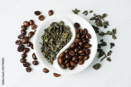 Plakat Zielona herbata liścia kontra ziarna kawy w Yin Yang