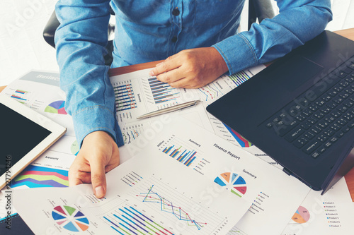 Photo  Businessman working and holding business graph information