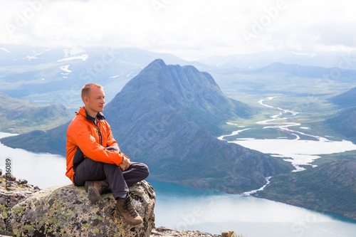 Photo  Young man hiking on Besseggen