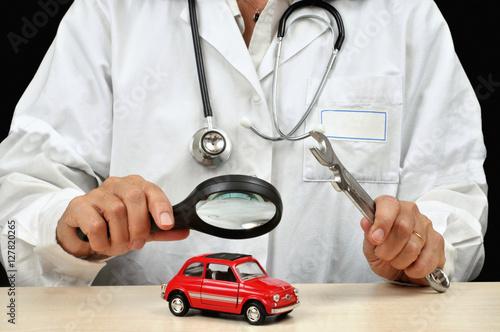Foto  Examen d'une voiture par un médecin à la loupe