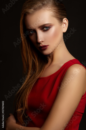 Fotografía  Fashion portrait of young attractive girl in red dress.