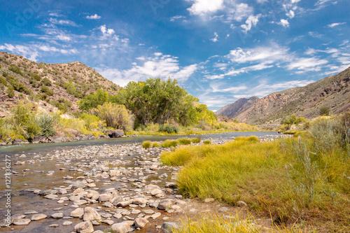 Fototapeta premium Rzeka Rio Grande pomiędzy Santa Fe i Taos w Nowym Meksyku