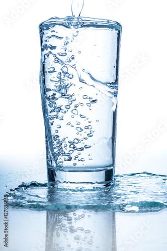 Papiers peints Eau Pouring water into glass closeup