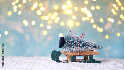 Fotografia  Christbaum auf rustikalen Holzschlitten - Weihnachtsdekoration