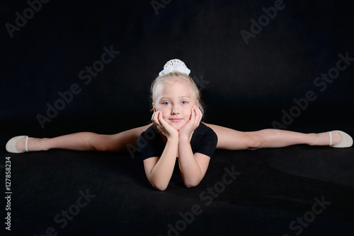 Foto op Aluminium Gymnastiek Beautiful sport training girl portrait in leotard in nhe black room. classic portrait of gymnastics girl