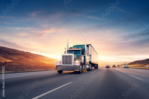Fototapeta Amerykański styl ciężarówki na autostradzie ciągnąc ładunek. Transport