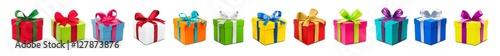 Valokuvatapetti Bunte Geschenke vor weißem Hintergrund