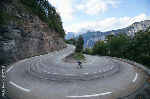 Aluminium Prints Cycling Ciclista en la curva cerrada