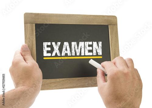 Foto  Examen / Hand schreibt auf Kreidetafel
