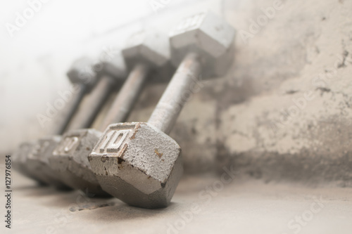 Fotografia  Steel gray weights on gym floor