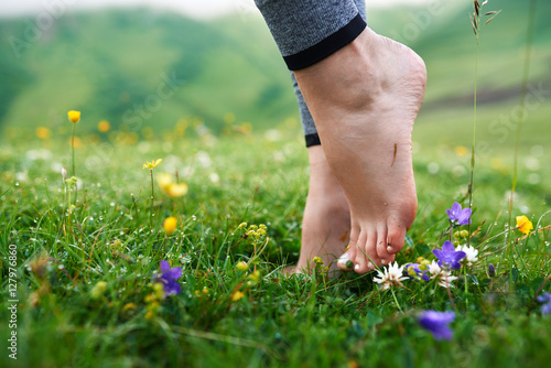 Photo beautiful girls barefoot in cool morning dew on grass.