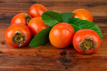 fototapeta owoców persymony na drewnianym stole
