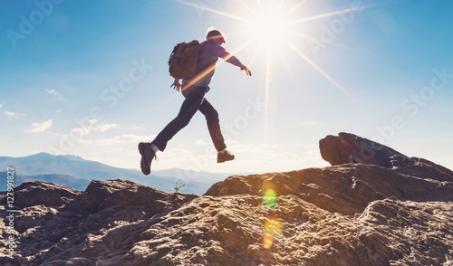 Photo  Man jumping over gap on mountain hike