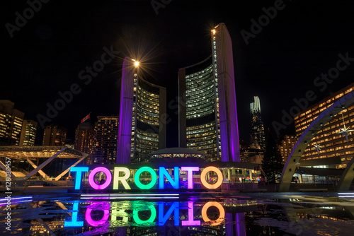 Deurstickers Toronto View of Nathan Phillips Square and Toronto Sign at night, in Toronto, Ontario.
