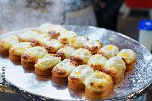 In de dag Seoel Buns with fried egg in Myeongdong open street market Seoul