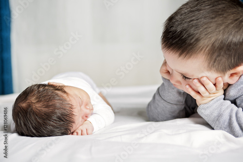 Photo  boy look baby lying on the bed at home