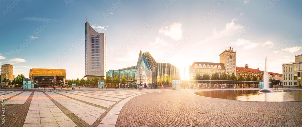 Fototapeta Auf dem Augustusplatz in Leipzig mit Blick auf die Universität und das City-Hochhaus.