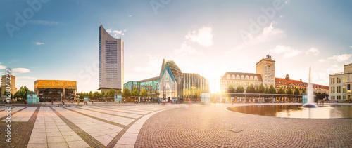 Fotografía  Auf dem Augustusplatz in Leipzig mit Blick auf die Universität und das City-Hochhaus