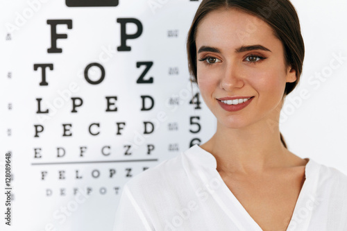 Fotografía  Vision. Beautiful Woman With Visual Eye Test Chart On Background