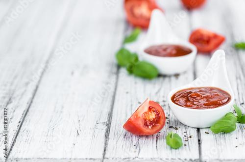 Pinturas sobre lienzo  Tomato Ketchup (selective focus) on vintage wooden background