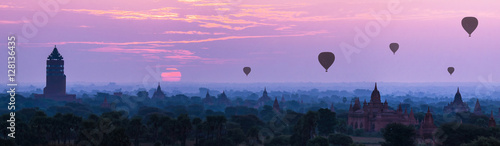 Photo  Panorama Hot air ballons over pagodas in sunrise at Myanmar