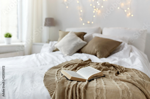 Fotografia  bedroom with bed and christmas garland at home