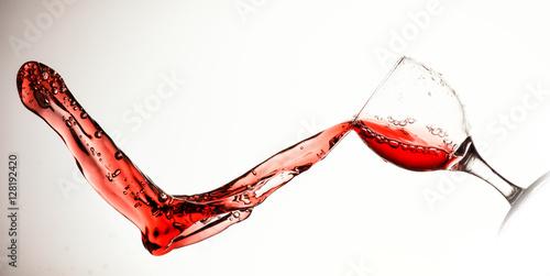 rozlewajace-sie-czerwone-wino-na-bialym-tle