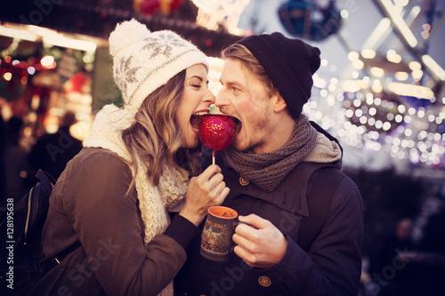 Fotografie, Obraz  Paar isst gemeinsam einen Liebesapfel
