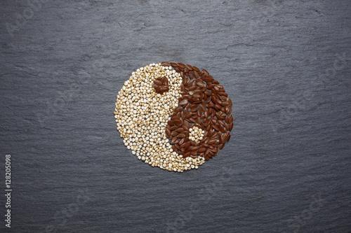 Plakat Superfood komosy ryżowej i siemię lniane tworzą symbol Yin Yang