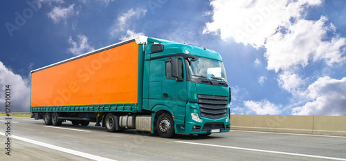 Fototapeta wysyłka ciężarówką na drodze // Logistyka i transport samochodem ciężarowym na autostradzie