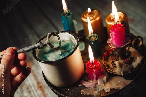 Fotografía  Andrzejki - St Eve. Andrew - omens of wax, lost wax by key