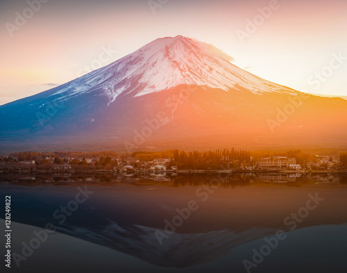 Foto auf Gartenposter Reflexion Mount Fuji reflected in Lake Kawaguchi on sunset