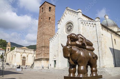 Pietrasanta, Rzeźby na Piazza del Duomo