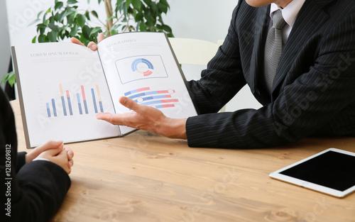 Photo 説明するビジネスマン