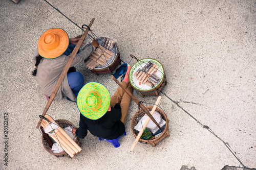 Photo Top view of 2 Hawkers selling street food on footpath and talking to each other