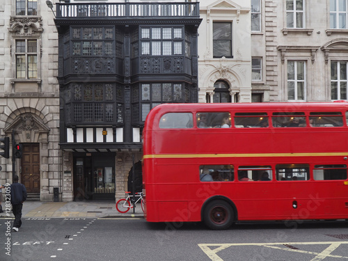 Poster Londres bus rouge London, Fleet Street, leaded glass windows of Inner Temple Gatehouse