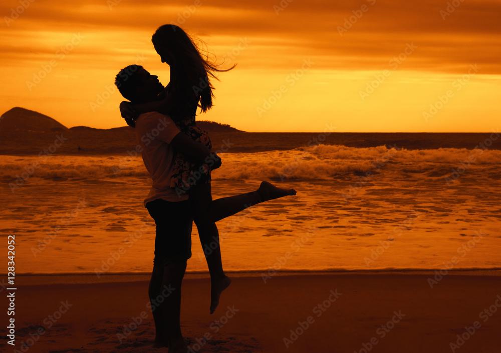 Liebespaar Umarmt Sich Bei Sonnenuntergang Foto Poster