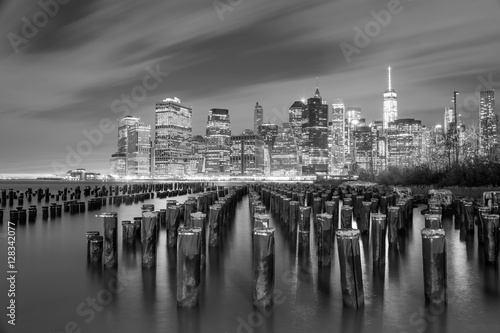 Foto op Aluminium New York Famous Manhattan view at night - black and white - New York City