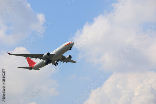 The plane was flying up the sky on a cloudy sky background. Fotobehang