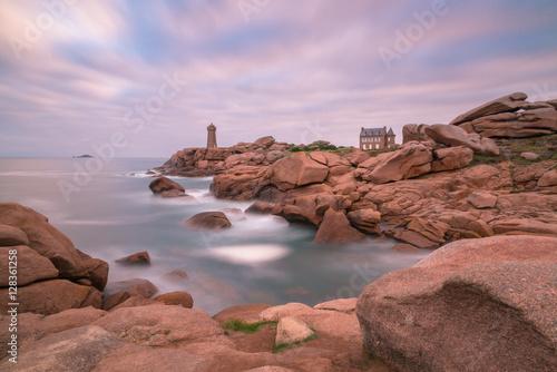 Stickers pour porte Lilas Küste mit Felsen, Leuchtturm und Haus, Ploumanach, rosa Granitküste, Bretagne, Frankreich