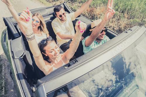 Zdjęcie XXL Grupa młodzi ludzie tanczy zabawę i ma przy samochodową wycieczką.
